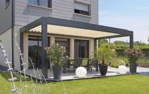 Renson Camargue Louvered Roof System and Integrated Motorized Vertical Shades